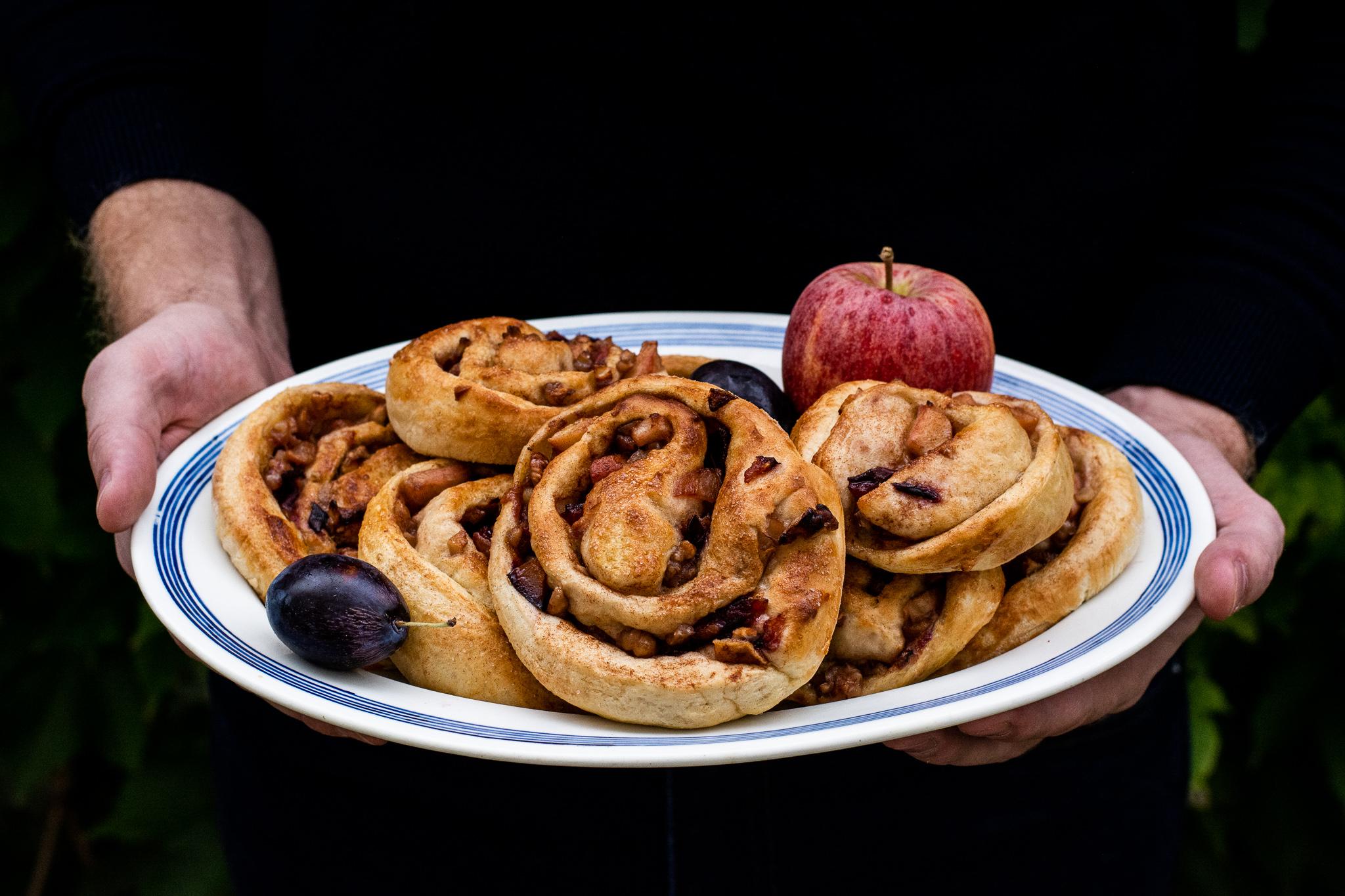 Skořicové šneky plněné jablky a švestkami