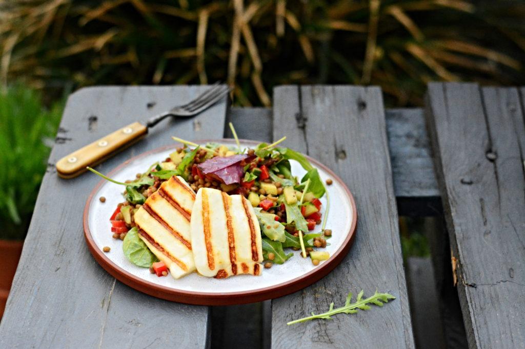 Grilovaný sýr Halloumi s čočkovým salátem